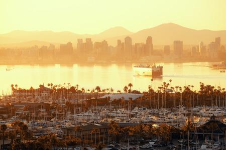 San Diego 日の出港でボートとダウンタウンのスカイライン。