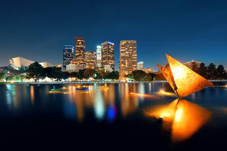 도시의 건물과 호수 밤에 로스 앤젤레스 시내