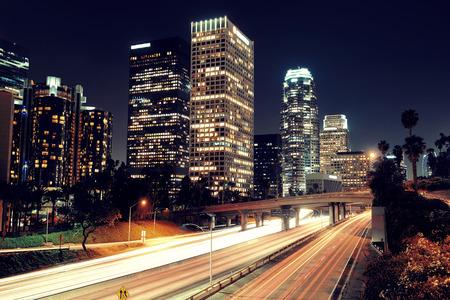light trail: El centro de Los �ngeles en la noche con edificios urbanos y rastro de luz