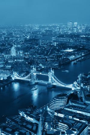 aerial: Londra vista aerea panorama di notte con le architetture urbane e Tower Bridge in BW. Archivio Fotografico