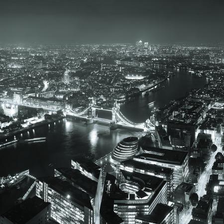 London Luftbild Panorama bei Nacht mit städtischen Architekturen und Tower Bridge.