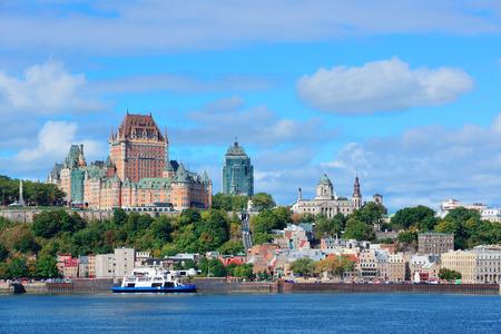 青い空と雲と川にケベック市のスカイライン。 写真素材