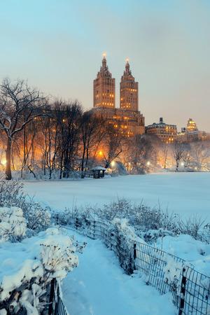 central: Invierno Central Park en la noche con los rascacielos en el centro de Manhattan Ciudad de Nueva York Foto de archivo