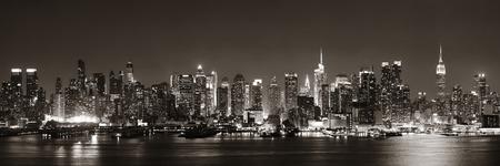 ハドソン川の夕暮れのパノラマで白と黒のミッドタウン マンハッタンのスカイライン 写真素材