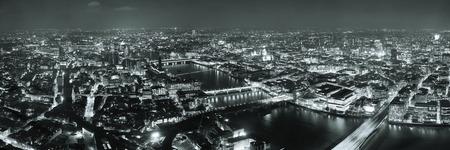 London Luftbild Panorama bei Nacht mit städtischen Architekturen und Brücken. Standard-Bild