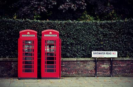 Cabine téléphonique dans la rue de Londres. Banque d'images - 31957242