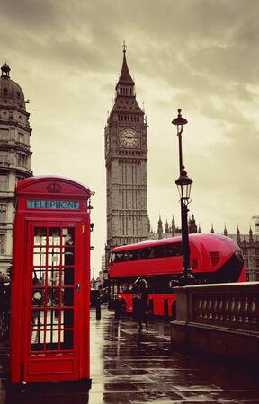 Rote Telefonzelle und Big Ben in Westminster in London. Editorial