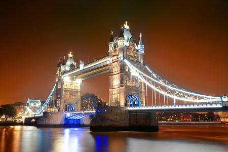 夜の有名なランドマークとしてロンドンのタワー ブリッジ。