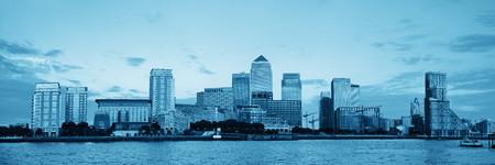 ロンドン黒と白のカナリー ・ ワーフのビジネス地区。
