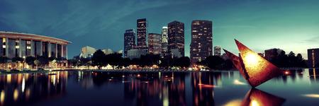 都市の建物や湖のある夜ダウンタウン ロサンゼルス