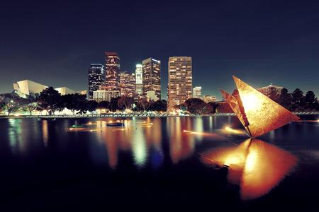都市の建物や湖のある夜にダウンタウン ロサンゼルス