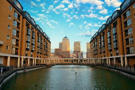 Canary Wharf business district in London at sunset. 版權商用圖片 - 33874352