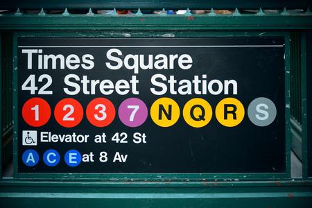 뉴욕시의 타임 스퀘어 (Times Square) 지하철역 입구 스톡 콘텐츠 - 34190736