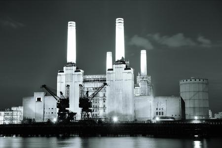 electricidad industrial: Battersea Power Station sobre el río Támesis, la famosa atracción turística londinense por la noche.