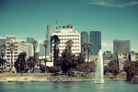 ロサンゼルス ダウンタウン都市のアーキテクチャと噴水のある公園からの眺め。