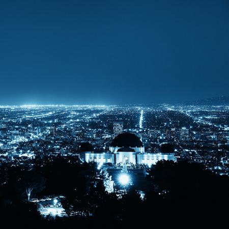Los Angeles di notte, con edifici urbani e Griffith Observatory