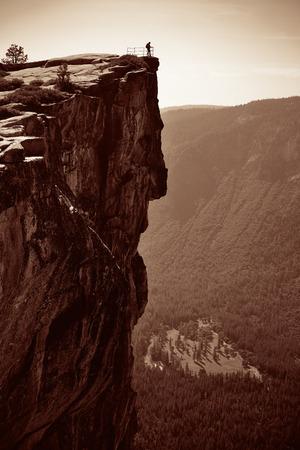 naar beneden kijken: Hiker look down from Taft Point in Yosemite BW. Stockfoto