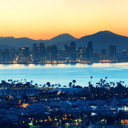 San Diego Skyline bei Sonnenaufgang mit Boot im Hafen.