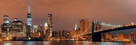 Downtown Manhattan vue urbaine avec pont de Brooklyn la nuit