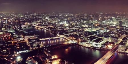 cenital: Londres a�rea vista panor�mica en la noche con las arquitecturas urbanas y puentes.