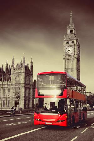 Double-deck bus rouge sur le pont de Westminster avec Big Ben à Londres. Banque d'images - 35675925