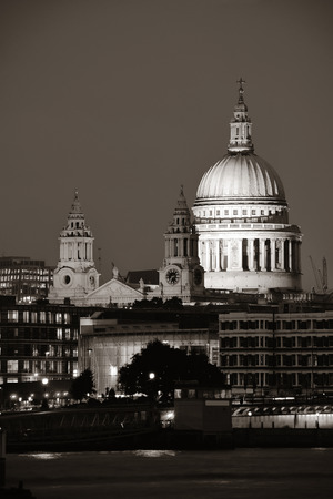 St Pauls Cathedral over Thames River at night in London. Reklamní fotografie