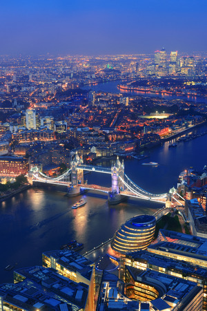 London aerial view panorama at night with urban architectures and Tower Bridge. Banque d'images