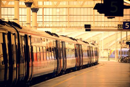 ロンドンの駅のプラットフォームに列車します。