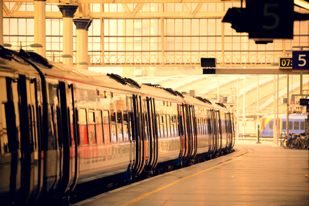 estacion de tren: Tren en la plataforma en la estación en Londres Foto de archivo