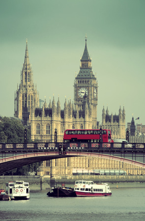 bus anglais: Big Ben, Maison du Parlement et Lambeth Bridge avec le bus rouge � Londres.
