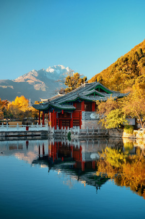 Black Dragon pool in Lijiang, Yunnan, China. 免版税图像