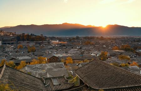 cima montagna: Lijiang Old Town vista cima di una montagna all'alba con architetture storiche locali