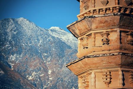 パゴダと雪のダリの旧市街中国雲南省における蒼山を頂いた。