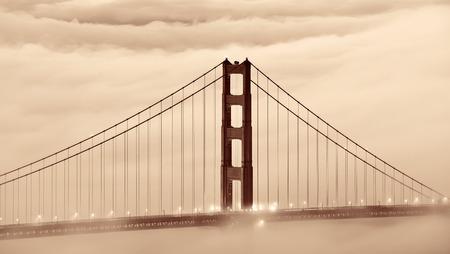 霧のサンフランシスコのゴールデン ゲート ブリッジ タワー 写真素材