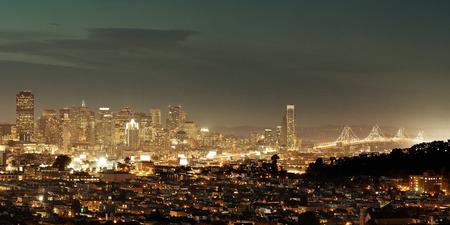 San Francisco 都市スカイラインのパノラマを見渡す夜に都市のアーキテクチャ。 写真素材