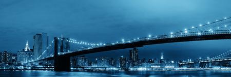 夜のブルックリン橋とマンハッタン ダウンタウン都市ビュー