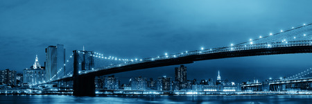 Manhattan Downtown urban view with Brooklyn bridge at night 스톡 콘텐츠
