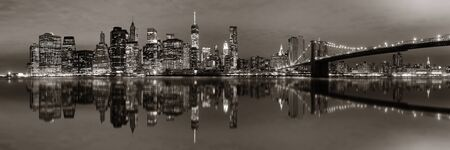 BW에 반사 밤에 브루클린 다리와 맨하탄 시내 도시보기 스톡 콘텐츠