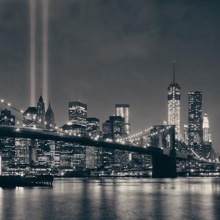 夜のニューヨーク市ダウンタウン ブルックリン橋、9 月 11 日トリビュート