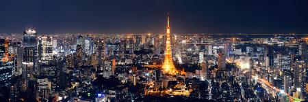 Tokyo Tower und städtischen Skyline-Blick auf dem Dach in der Nacht, Japan.