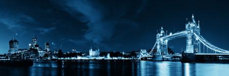 Tower Bridge panorama sur la rivière Thames dans la nuit à Londres Banque d'images