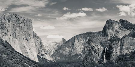 Yosemite Valley met bergen en watervallen in zwart-wit