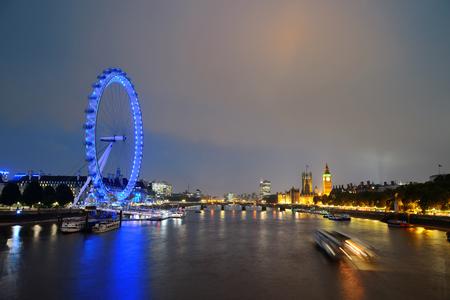 ロンドン テムズ川の上の都市の建物と景観