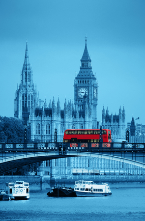 bus anglais: Big Ben, Maison du Parlement et Lambeth Bridge avec le bus rouge à Londres.