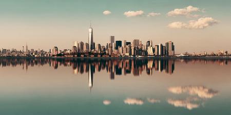 반사와 강 도시의 고층 빌딩 맨하탄 시내의 스카이 라인. 스톡 콘텐츠