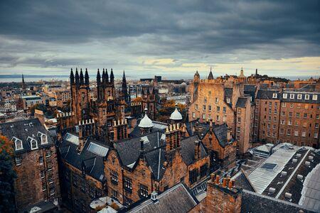 Stadt auf dem Dach Ansicht Edinburgh mit historischen Architekturen. Großbritannien.
