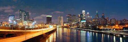 フィラデルフィア スカイライン都市建築との夜。