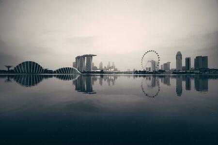 Skyline von Singapur mit städtischen Gebäuden über Wasser