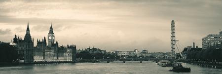 ロンドンの黒と白のウェストミン スター宮殿、ロンドン ・ アイとテムズ川のパノラマ。 写真素材