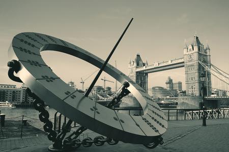 reloj de sol: Puente de la Torre y reloj de sol sobre el río Támesis en Londres. Foto de archivo